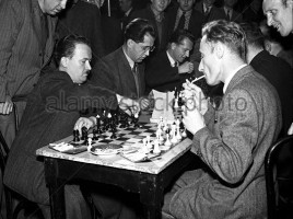 prague-1949-chess-players-engage-in-super-fast-chess-game-at-lucerna-bx4apx